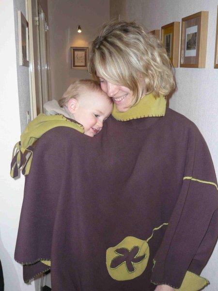 Quand l enfant grandit ou quand on le porte sur le dos, on peut avoir  besoin d un vêtement spécial. Il existe des ponchos et manteaux de portage. 31d8fc89020